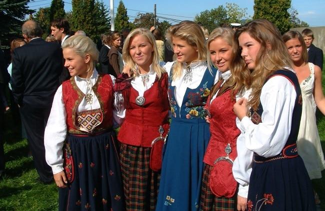נערות צעירות בפיורד הרדנגר עם התלבושת המסורתית - Hardanger bunad