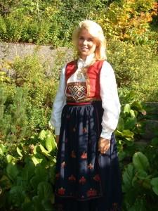 נערה מ-Asker בלבוש מסורתי