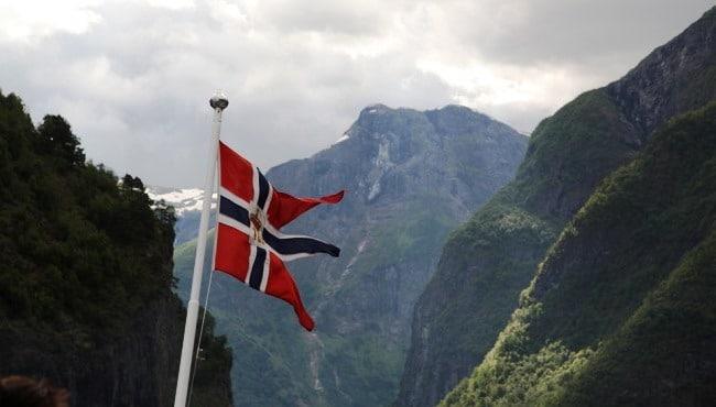 רצועת חוף הפיורדים ודגל נורבגיה מתנפנף