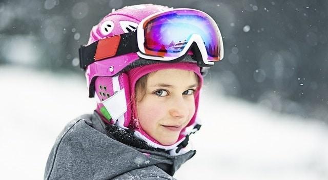 בחורה גולשת סקי באיזור סירדאל