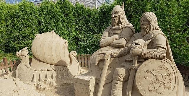 פסלי ויקינגים עשויים מחול