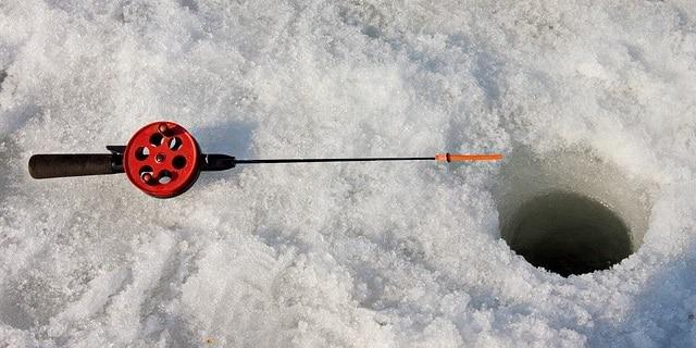 דיג דרך חורים בקרח