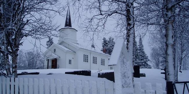 הכנסייה הלבנה בעיר יילו בנורבגיה