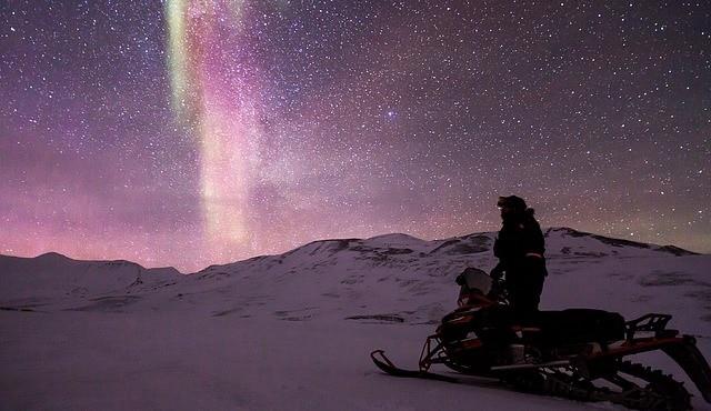 ספארי רכבי שלג וברקע הזוהר הצפוני