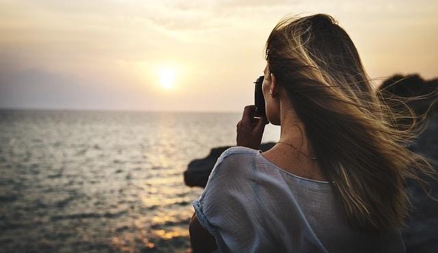 בחורה מצלמת נוף