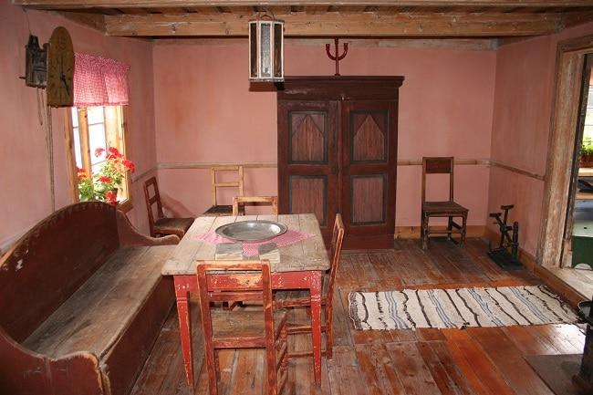 חדר של משפחת כפרית נורבגית לדוגמה במוזיאון Blaafarveværk