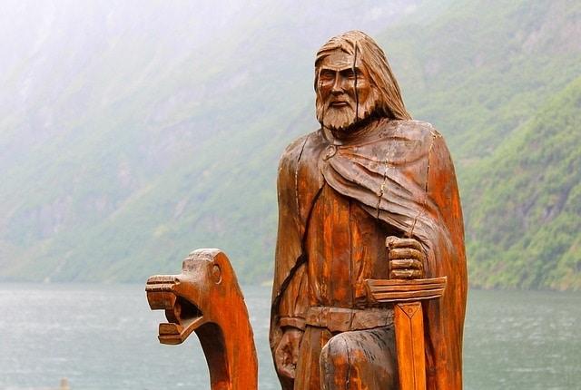 פסל על סירה בנריי פיורד
