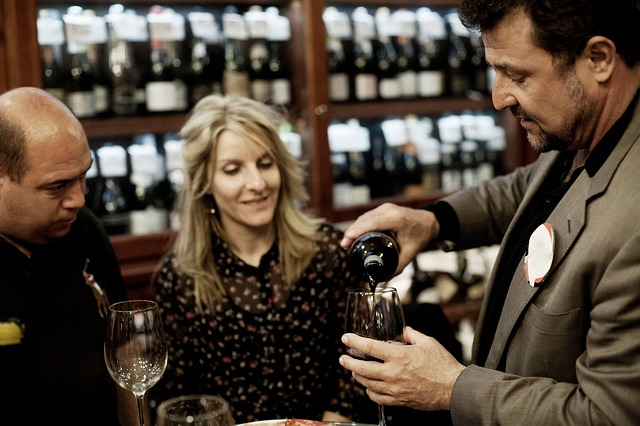 שותים יין בבר