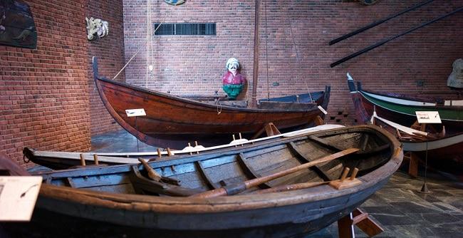 תצוגת סירות עתיקות מעץ