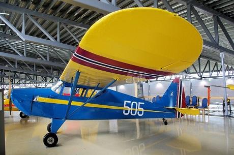 אחד המטוסים העתיקים המוצגים בתוך מוזיאון המדע והטכנולוגיה באוסלו - עותק