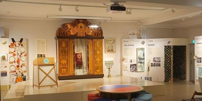 ארון קודש וספר תורה בתערוכה
