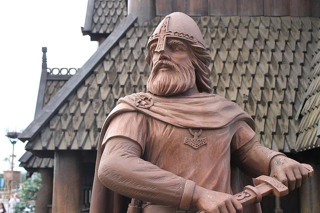 פסל של ויקינג שולף חרב