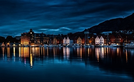העיר ברגן בלילה - נורבגיה - עותק