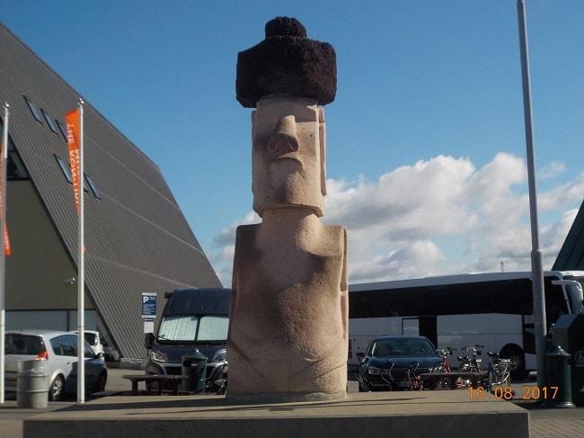 פסל של האל קון-טיקי מחוץ למוזיאון