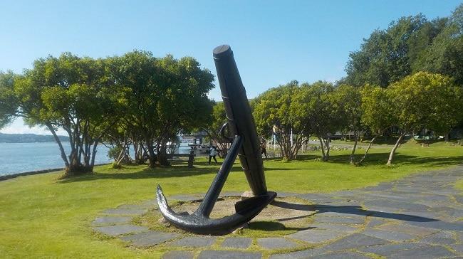 פסל של עוגן על הרציף בחצי האי ביגדוי