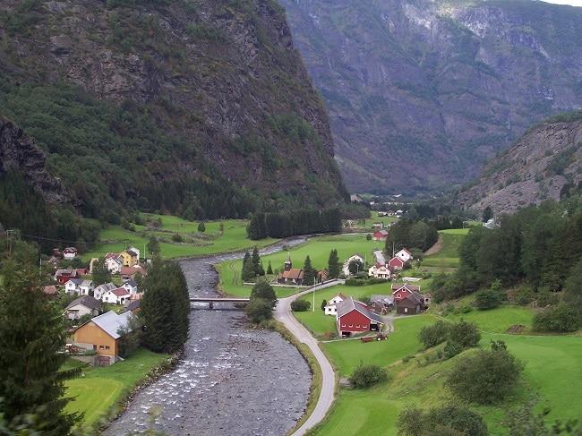 מבט ממסילת הברזל של פלום אל הכפר