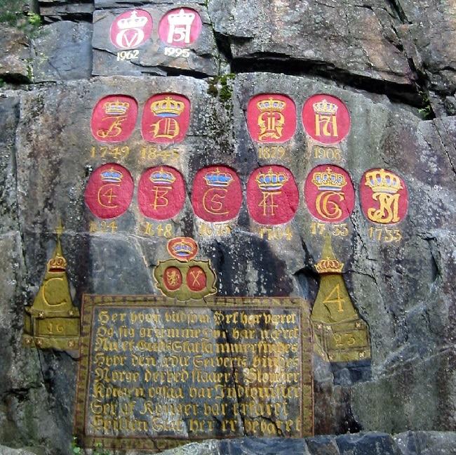 המונוגרמות המלכותיות (הסמל המלכותי) שכל מלך נורבגי מטביע על ההר