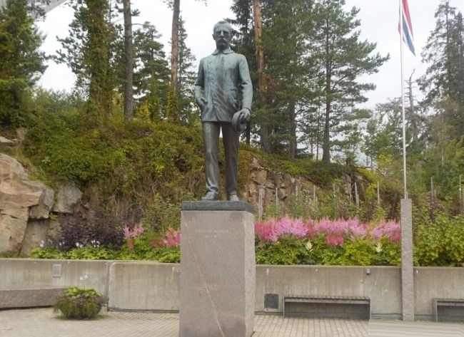 פסלו של ננסן ליד מקפצת הסקי