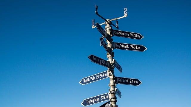 שלטים שמצביעים על מקומות שונים בעולם