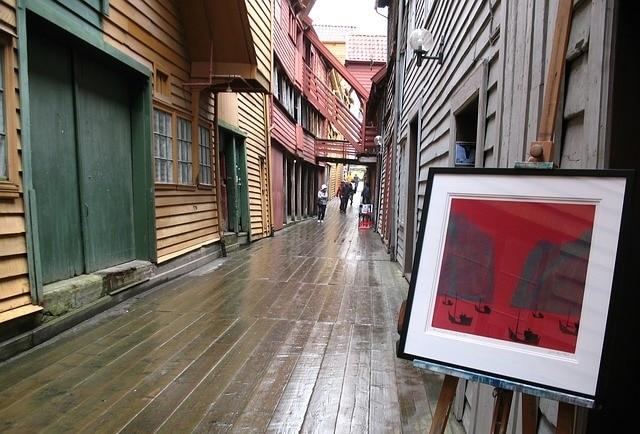 רחוב טיפוסי בבריגן עם יצירות אמנות