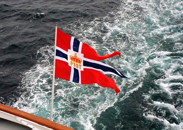 שייט בסירת מנוע בנורבגיה עם דגל נורבגיה