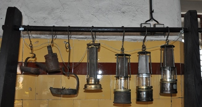 מנורות כרייה ישנות שמוצגות במסעדה