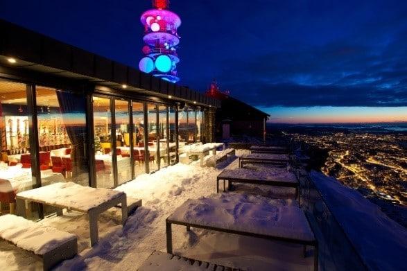 מסעדת Sky Skraperen והנוף הנשקף ממנה בלילה חורפי אופייני