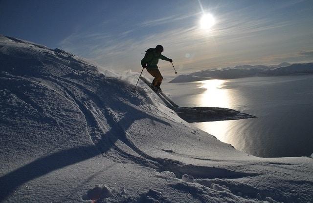 סקי תחת שמש חצות בצפון נורבגיה