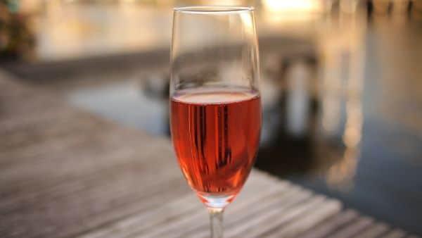 כוס יין מהיקב שבחוות Tuen שבאנדלסנס
